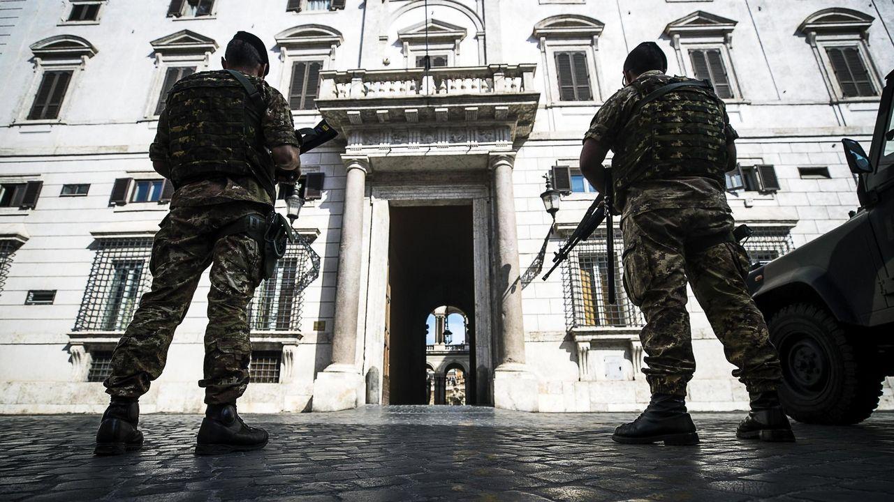 .Dos soldados italianos hacen guardia frente a la embajada de España en Roma