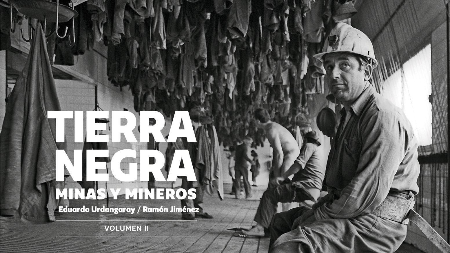La cara ocultade la mineríapara la posteridad.Compradores miran un escaparate con rebajas en el centro de Oviedo
