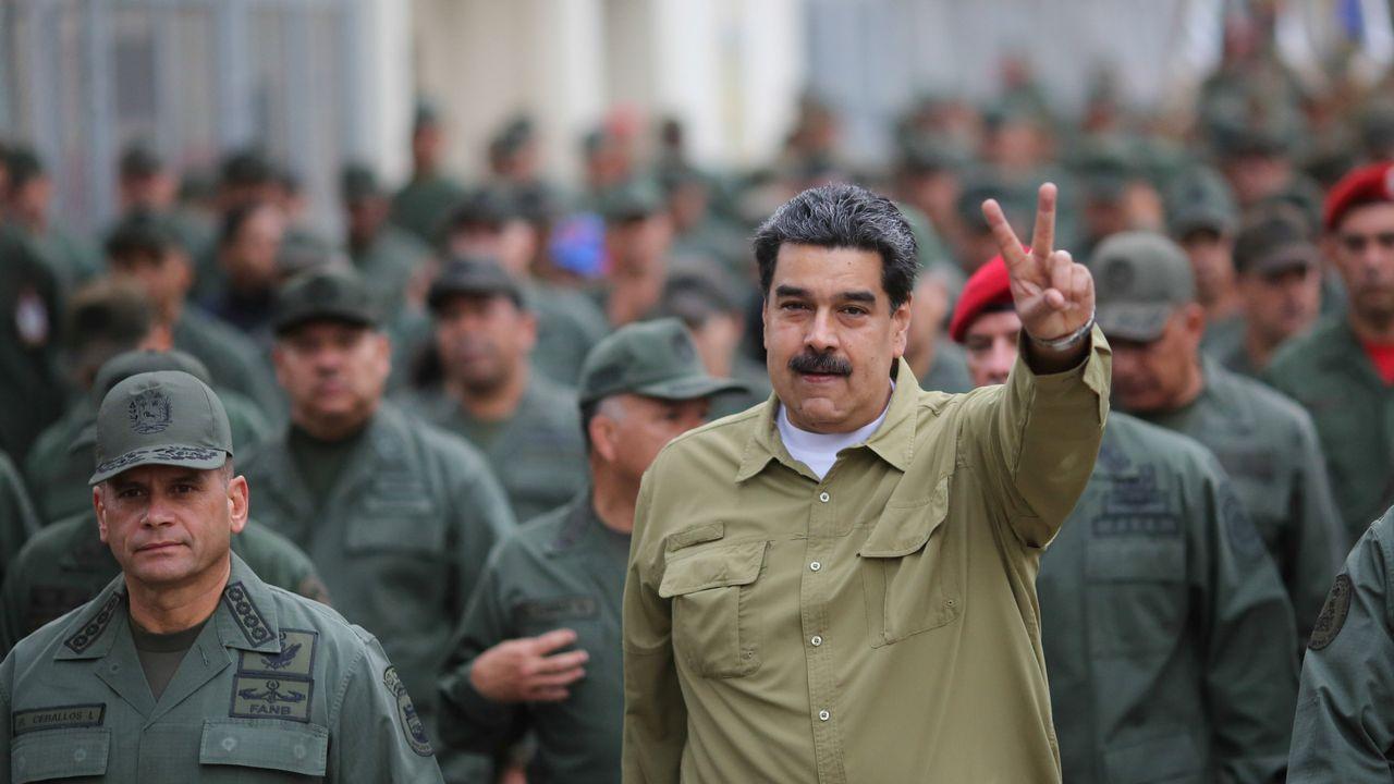 Nicolás Maduro, rodeado de militares, en una base de Caracas