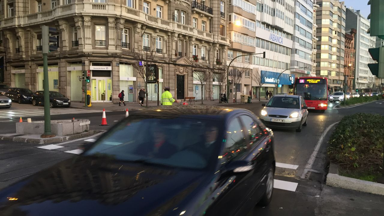 Colapso de tráfico por el repintado del carril bici.Opositores del Sespa a la salida de la prueba