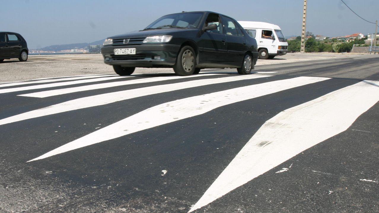 Tres heridos, entre ellos dos menores, al chocar dos coches y un bus escolar en Vilanova de Arousa
