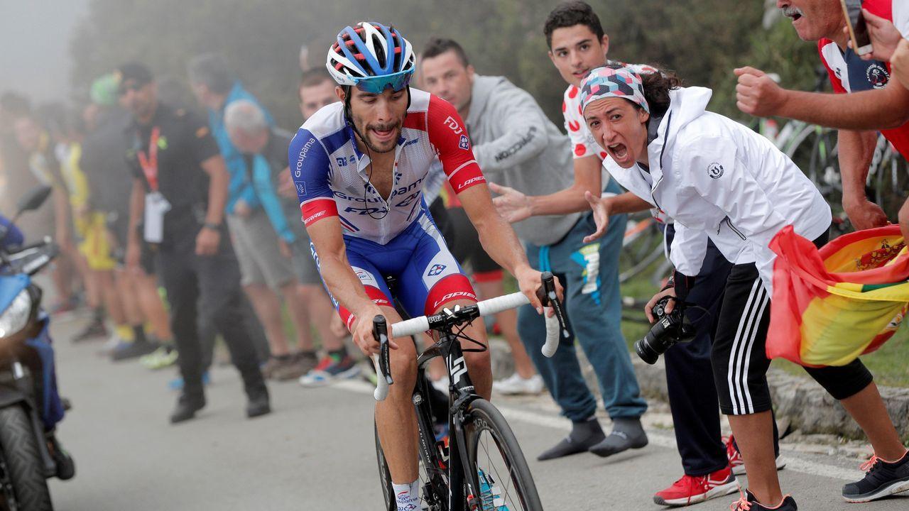 .El francés Thibaut Pinot (Groupama FDJ) en los últimos metros de la decimoquinta etapa de la Vuelta disputada entre Ribera de Arriba y Lagos de Covadonga