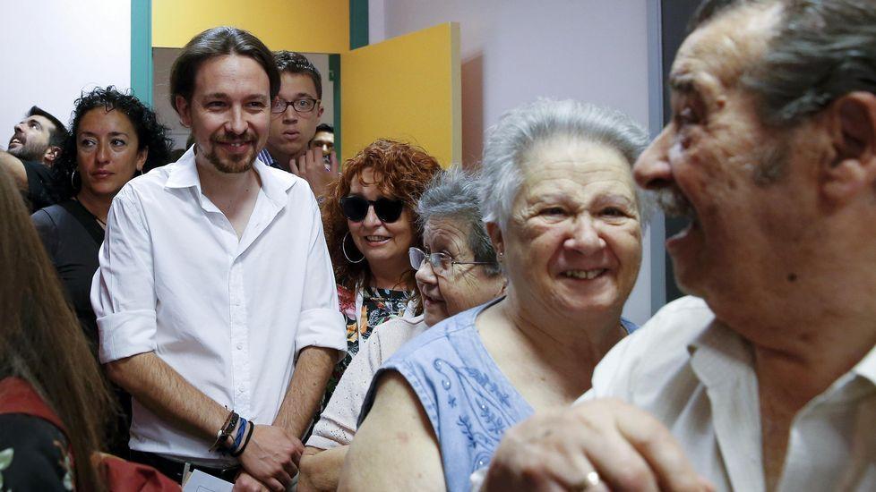 .El candidato de Unidos Podemos, Pablo Iglesias, hace cola para ejercer su derecho al voto en un colegio del barrio madrileño de Vallecas