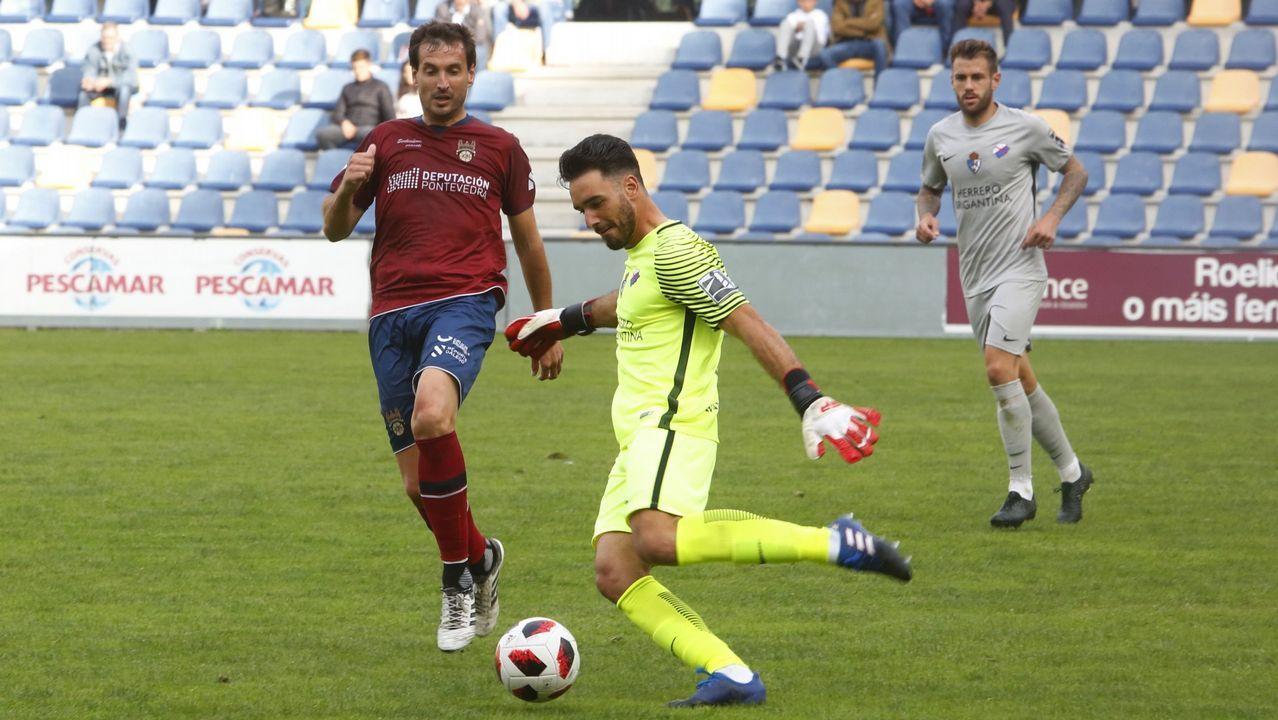 El Pontevedra CF vence al Coruxo 1- 0.Cifuentes, en el medio de los jugadores, durante la recepción en el Concello de Pontevedra
