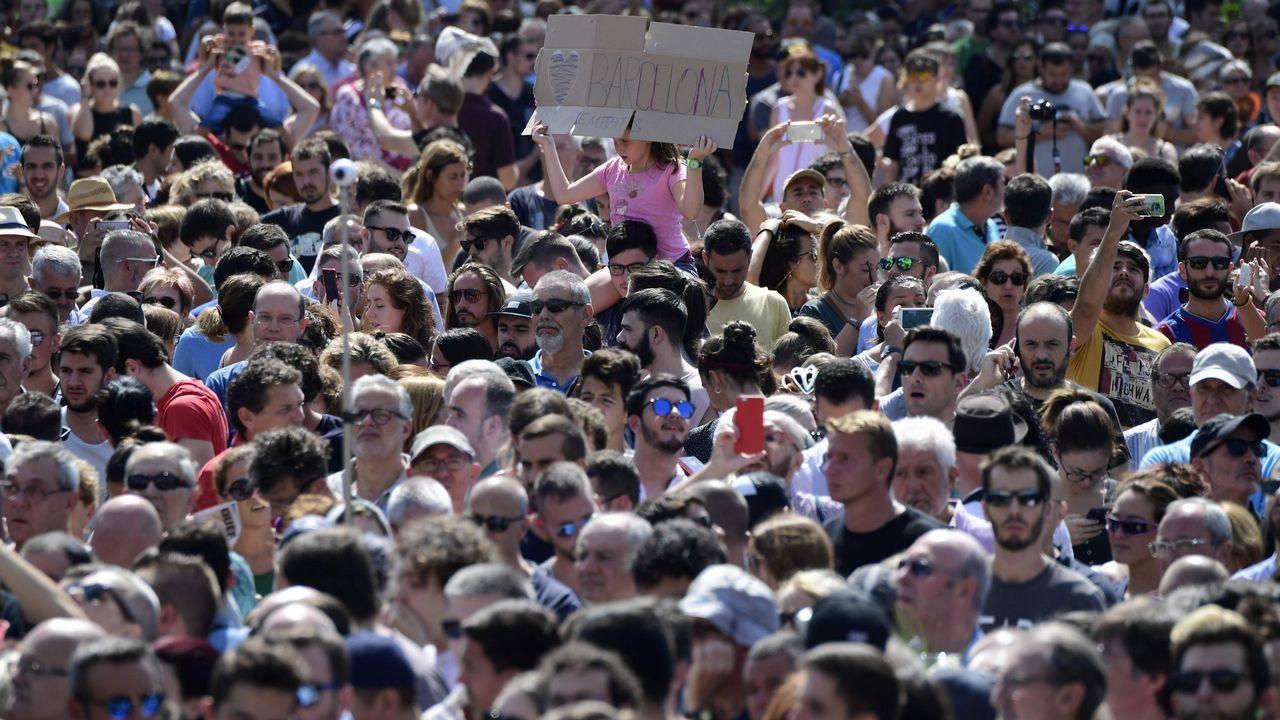 .Los ciudadanos españoles han rendido homenaje a las víctimas con un minuto de silencio en la Plaza de Cataluña