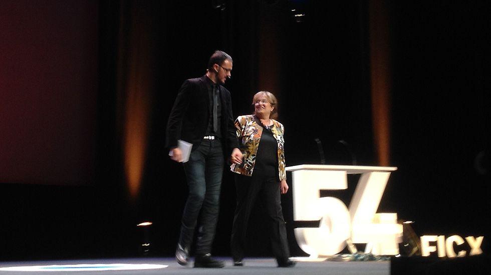 Diego Arjona, presentador de la gala, junto a Belén, una espectadora a la que invitó a subir al escenario