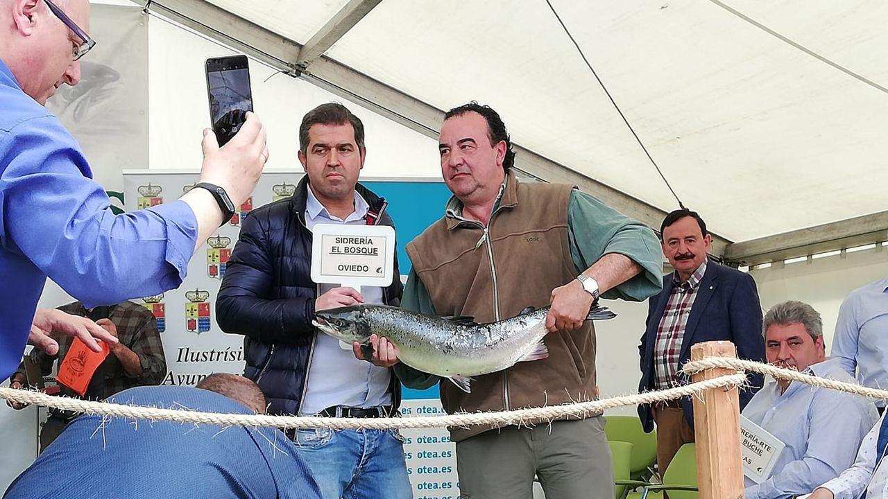 Los restaurantes triunfadores del Campanu.El pescador del campanu Fernando López Castro entre el campanu, pescado en el Cares, al representante del restaurante El Bosque, de Oviedo