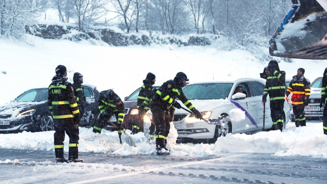 Colapso en la carretera por el temporal de nieve.