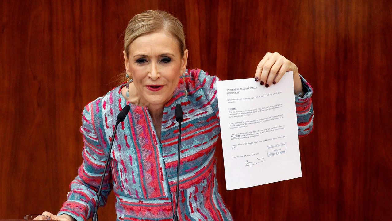 El vídeo del PP que denuncia los viajes del presidente: Viaja Sánchez. Pagamos todos.Cifuentes muestra uno de los documentos que aportó, entre los que no estaba el trabajo final