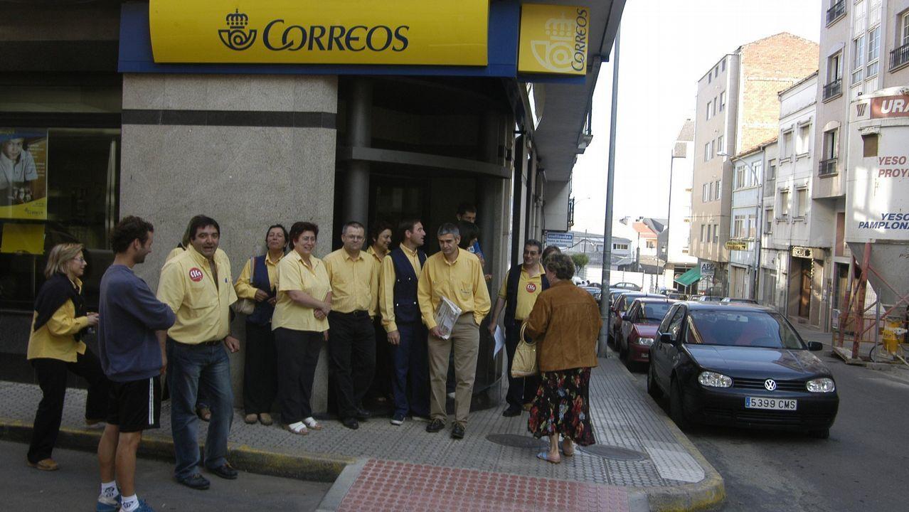 Trabajadores de Alcoa y Poligal llevan sus protestas al acto de Pedro Sánchez.Un supermercado del grupo Dia