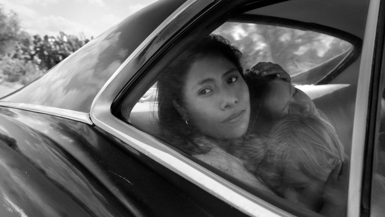 La ministra Reyes Maroto, de compras por Vigo.Cleo (interpretada por Yalitza Aparicio) abraza a los niños Pepe y Sofi en una escena de «Roma», filme de Alfonso Cuarón