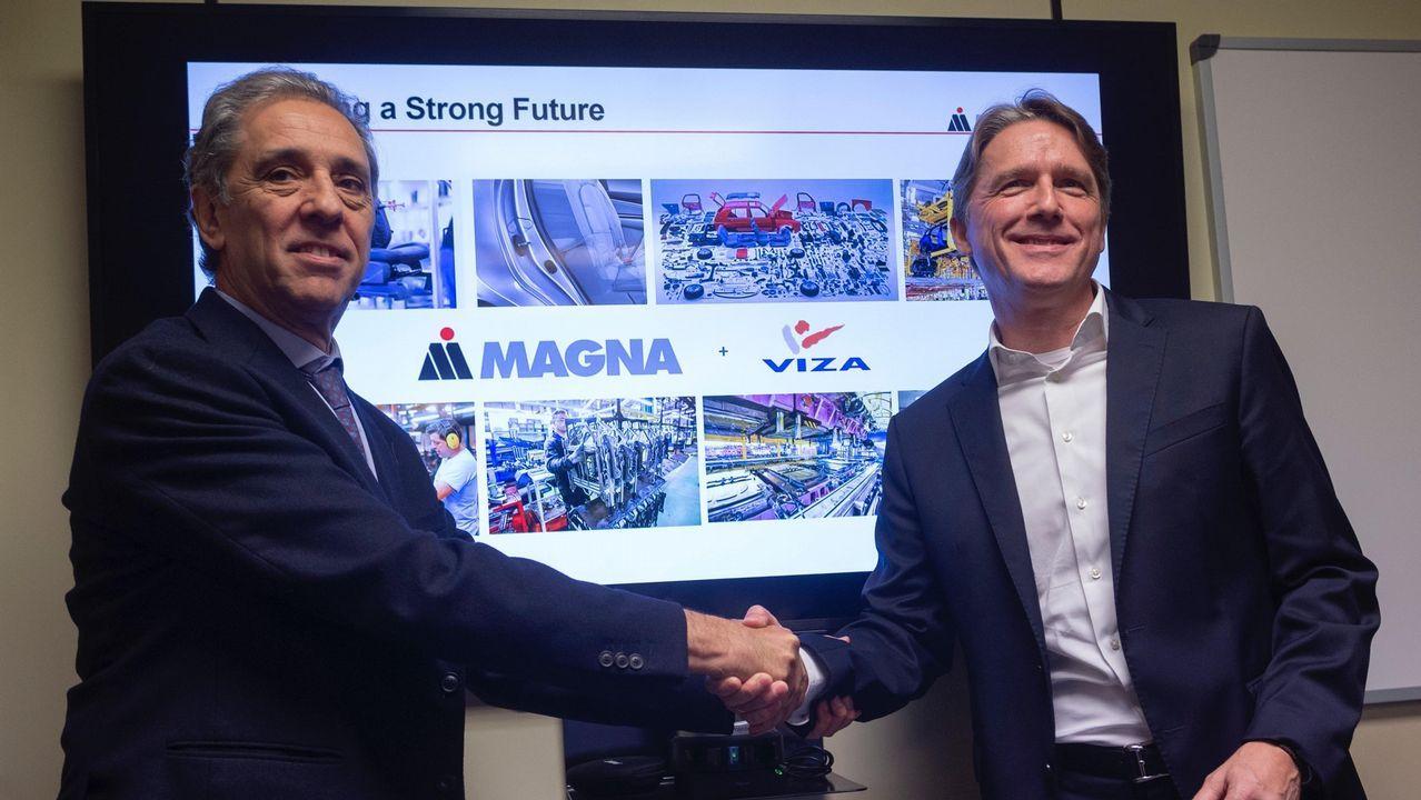 2.000 kilos de ayuda para Marruecos.El presidente de Viza Automoción sellando el contrato de venta a la norteamericana Magna