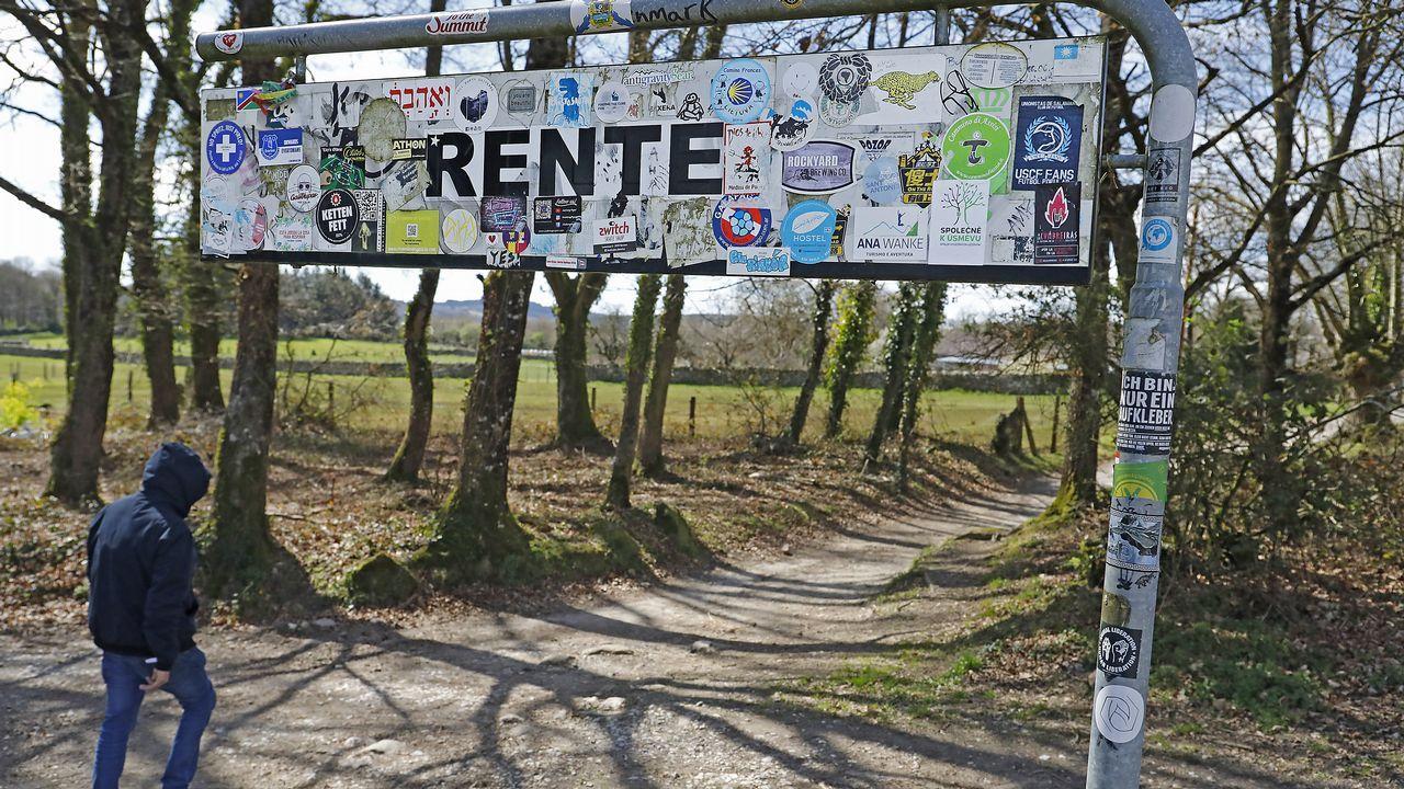Los carteles que flanquean el Camino están llenos de pegatinas adheridas por los peregrinos