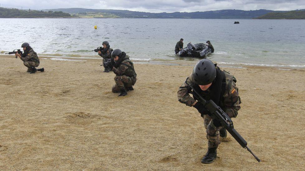 Infantes del Tercio haciendo maniobras en el lago pontés