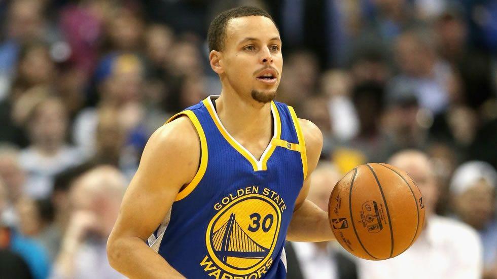 .Curry conduce un balón durante un partido.