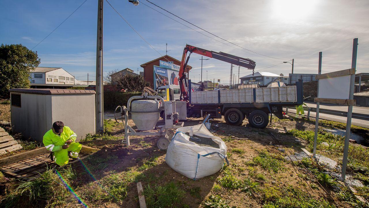 Vuelca un camión en la A-8 en Vilalba.Pedro Nieva, Javier Ardines y Djelali B.