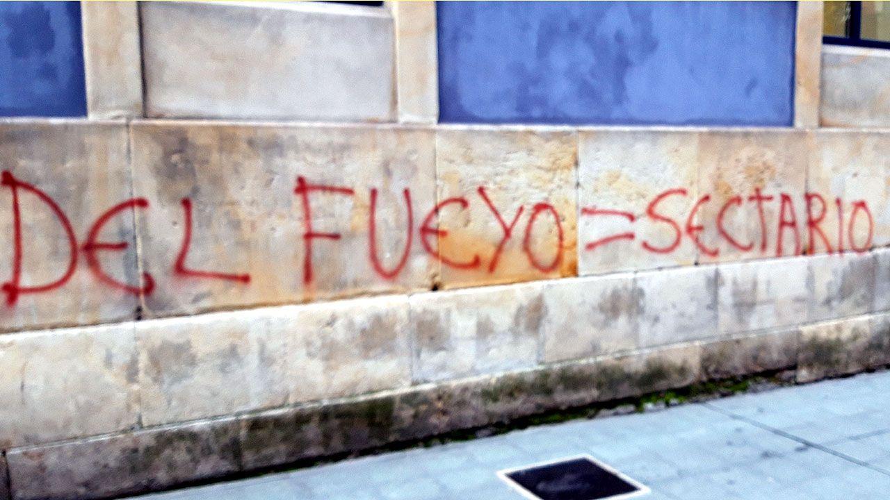 Una de las pintadas contra Mario Suárez del Fueyo aparecidas en el CP Jovellanos de Gijón