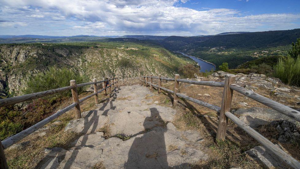 Una escalinata de piedra da acceso al mirador de Curral de Penso