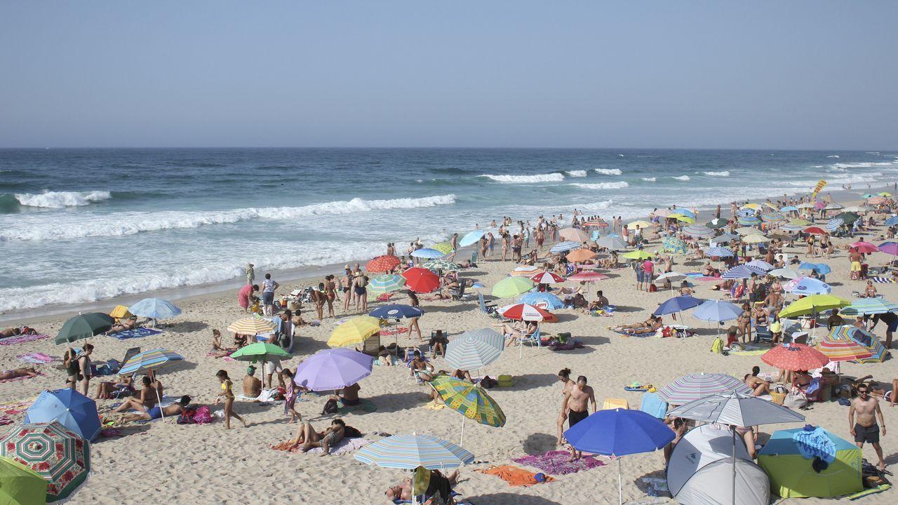 .La playa de Razo también estaba llena de gente en esta jornada buscando refrescarse
