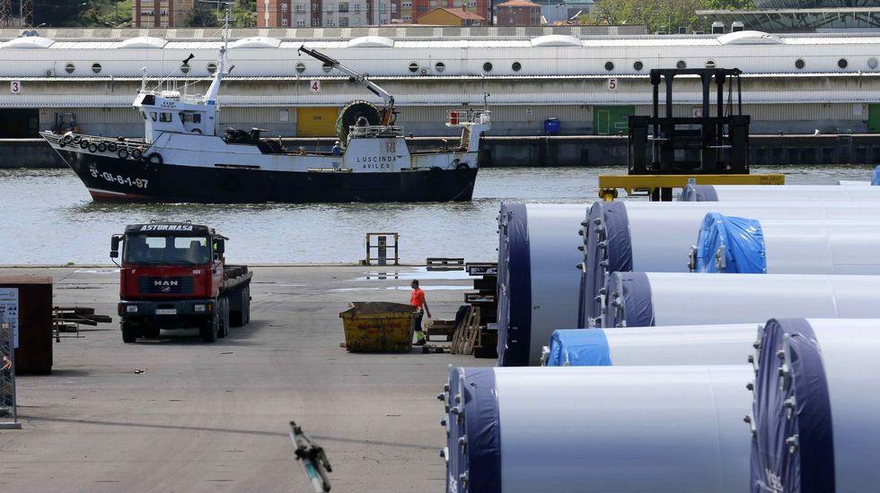 Oficina de empleo.Torres metálicas para parques eólicos construidas en Asturias y almacenadas para su transporte en el puerto de Avilés