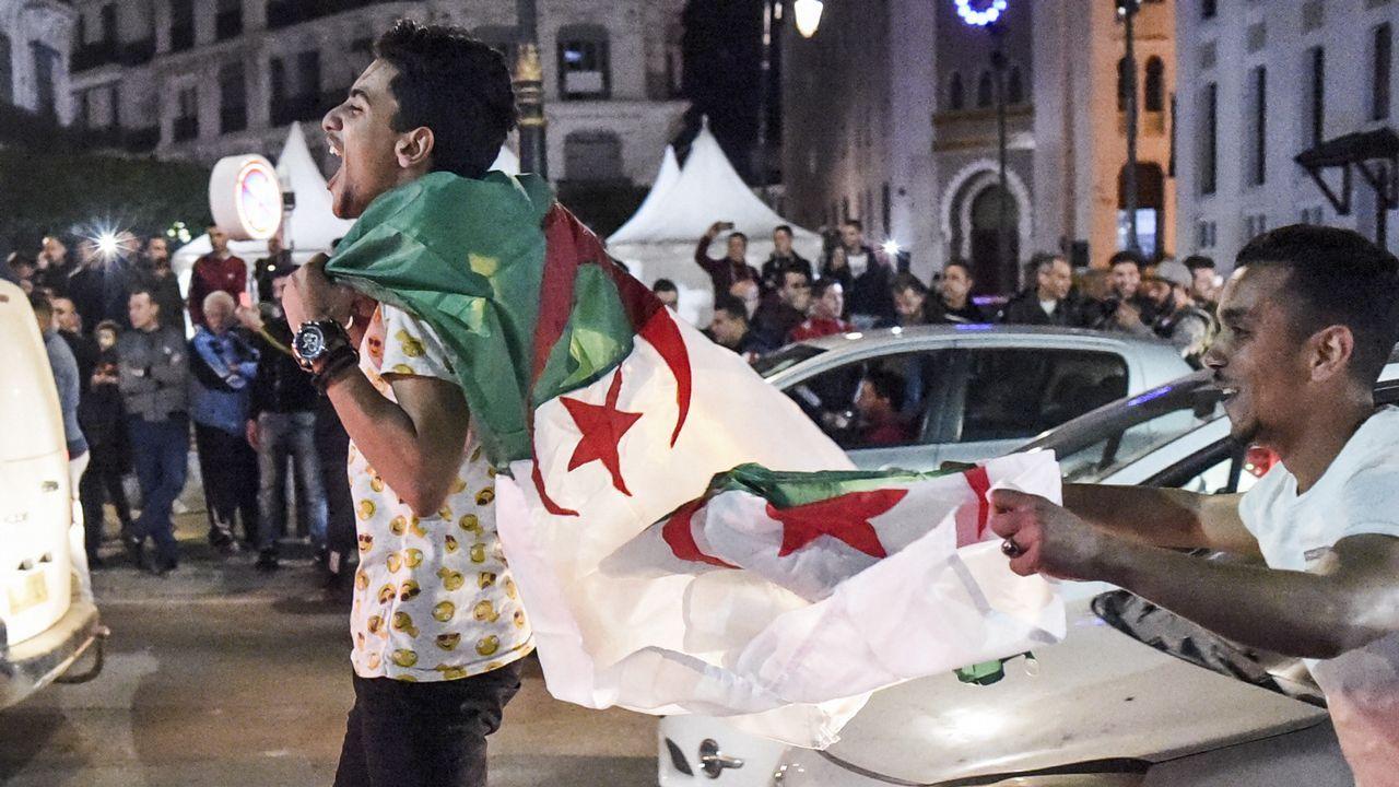 Los argelinos salieron a las calles de la capital a celebrar la decisión del presidente Buteflika