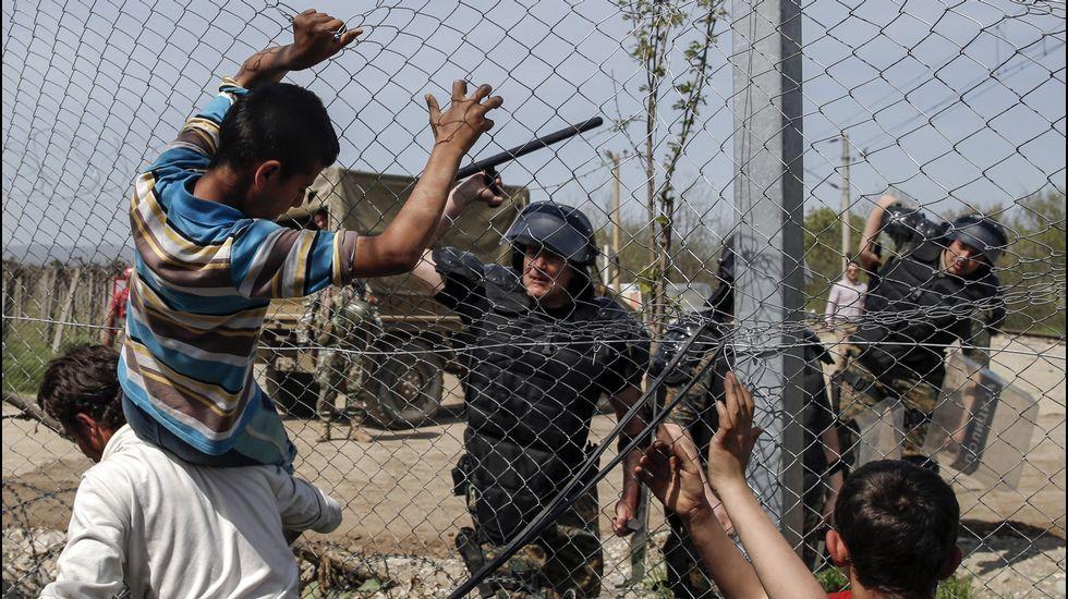 El papa arropa a los refugiados de Lesbos