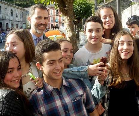 Los Reyes se dan un baño de multitudes en el Pueblo Ejemplar de Asturias.Don Felipe, colaborando en «selfies».