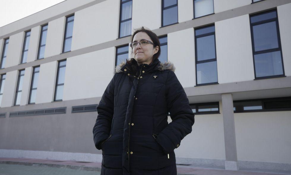 Noa, la perrita «deshauciada».Montse Barcia es una de los seis socios de la cooperativa oleirense.