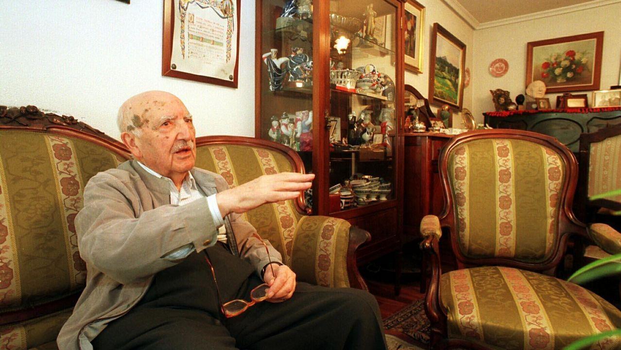 .Fraguas, retratado no salón da súa casa, en agosto de 1999, cando se creou a súa fundación