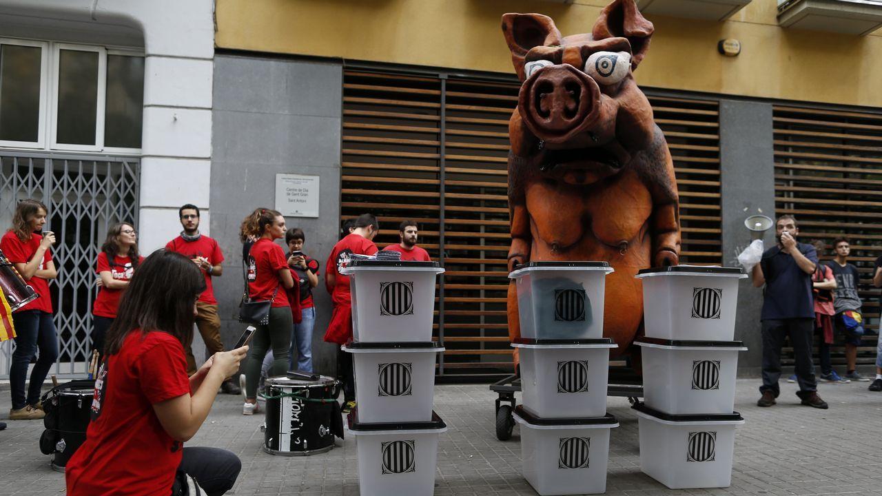 Huelga en Cataluña. Manifestantes celebran un pasacalles por un barrio de Barcelona.