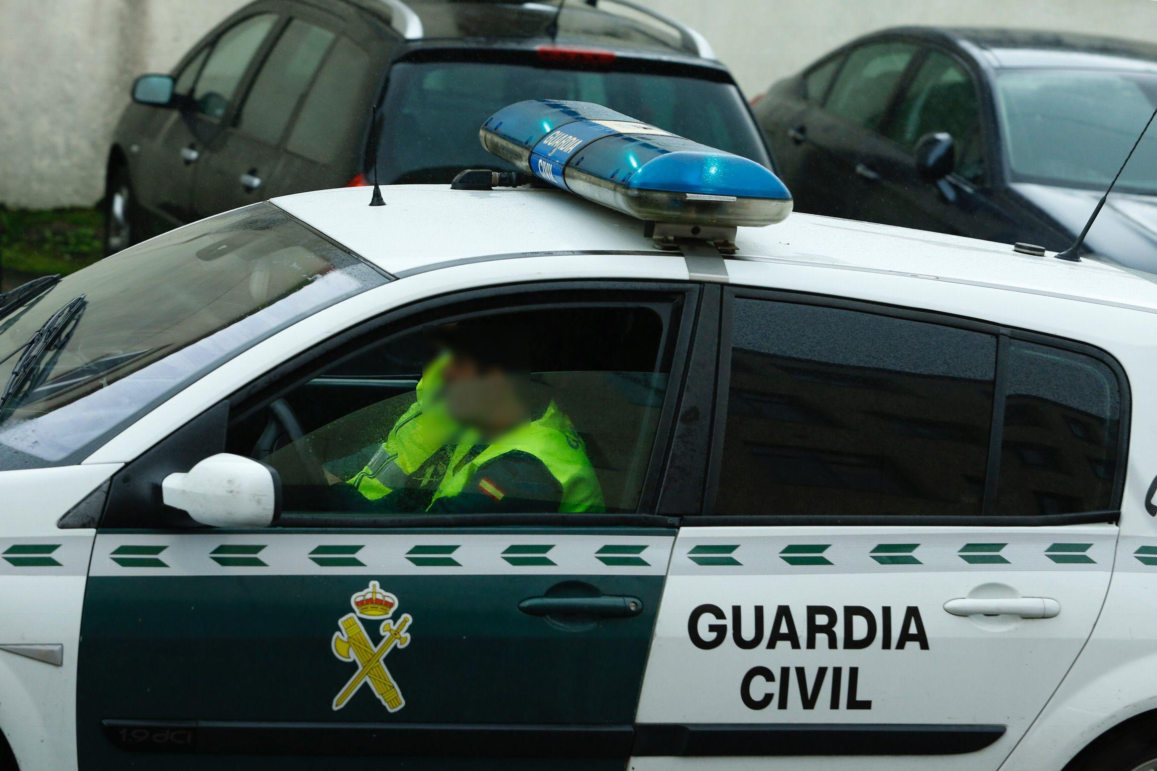 .El detenido abandona en un coche de la Guardia Civil el cuartel de Padrón