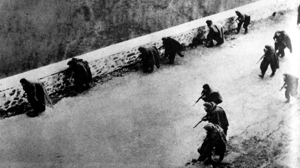 Varios comunistas portando banderas por las calles.Tropas nacionales entrando en Oviedo en la Guerra Civil