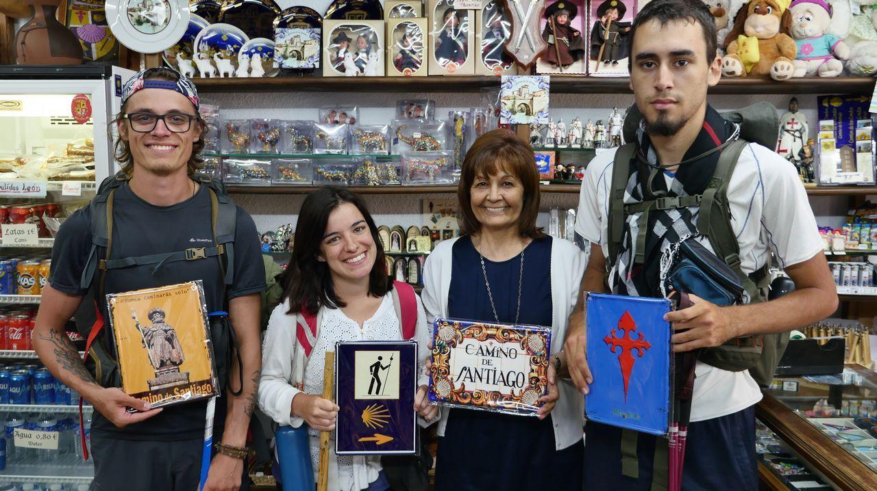 Joaqui, en su tienda de souvenirs en Carrión de los Condes, ejerce de «oficina de atención turística»