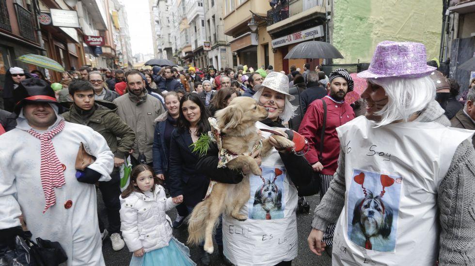 La calle de la Torre llena de gente disfrazada