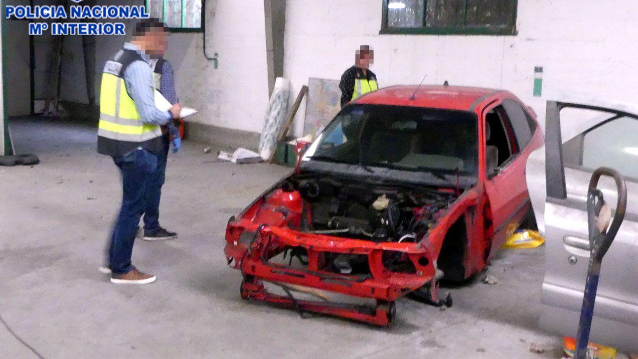 Uno de los vehículos robados hallados en el desguace ilegal descubierto en Serín
