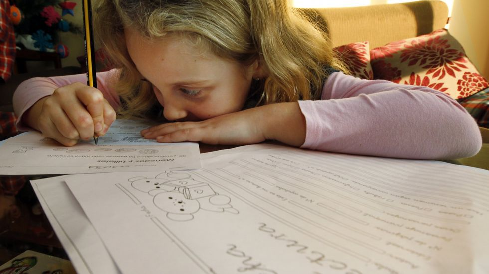.Una niña estudiando en su casa en una imagen de archivo.