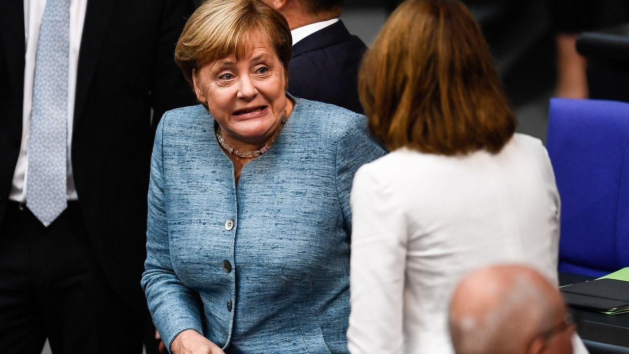 La canciller alemana, Angela Merkel, se dispone a tomar asiento durante un pleno del Parlamento alemán
