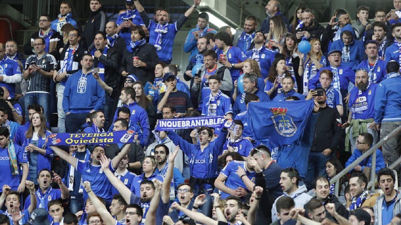 Aficionados del Real Oviedo en El Molinón