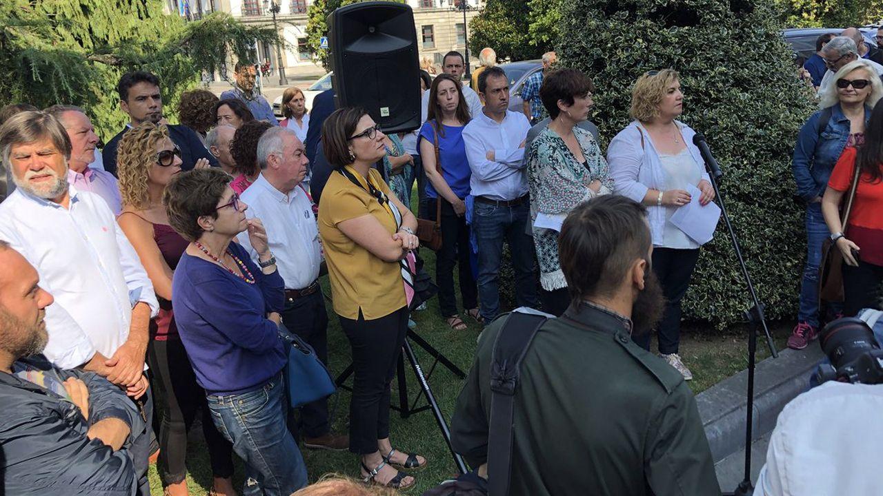 La alcaldesa de Riosa, Ana Díaz, y la secretaria de organización de IU en Llanes, Begoña Collado Villa, rodeada de cargos de la organización como Alberto Tirador, Ovidio Zapico o Marta Pulgar.