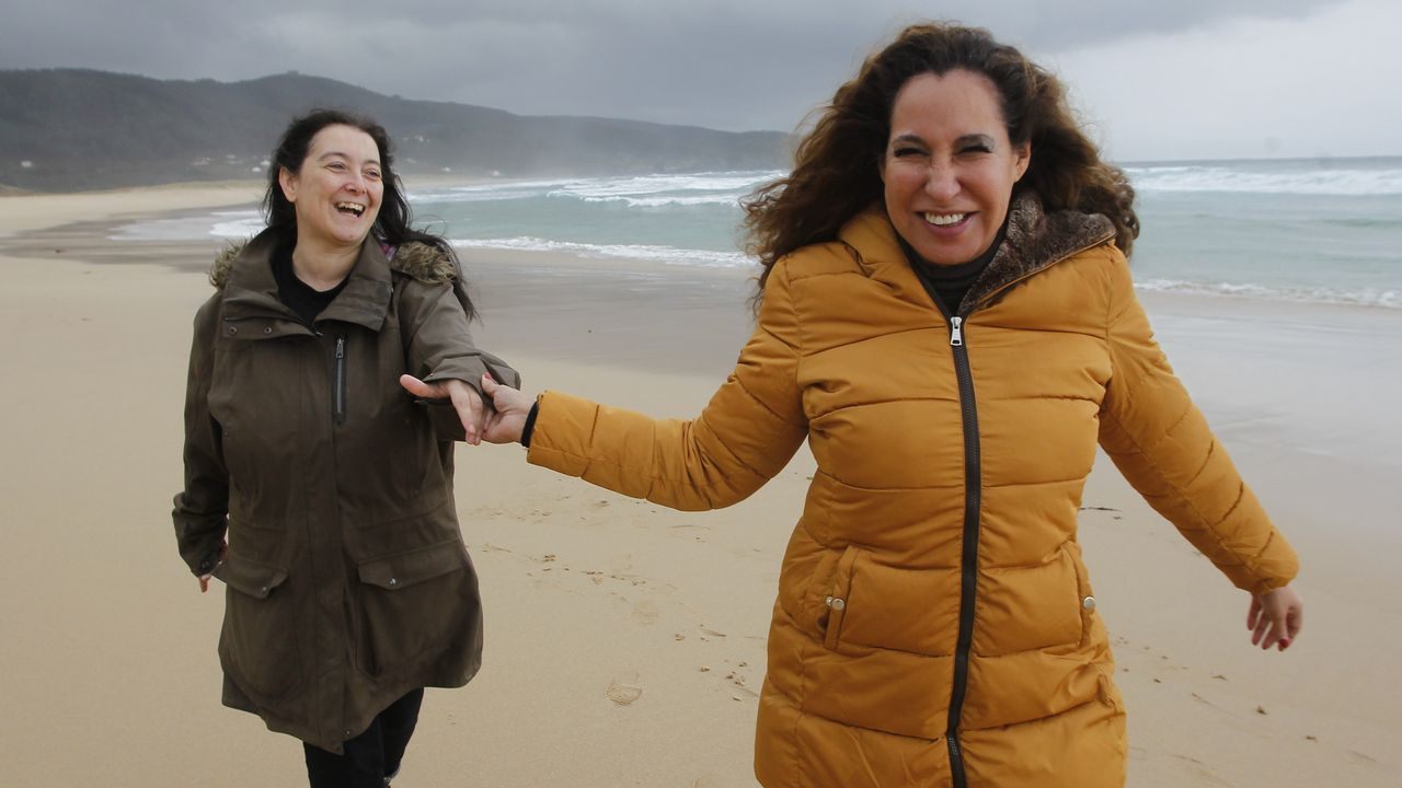 En directo enLa Madriguera de «skate» de Ferrol.En la imagen, a la derecha, Silvia Pérez Trejo, autora del best-seller «Academia de mujeres», que será adaptado para serie de televisión por la guionista ferrolana Alicia Freire (a la izquierda)