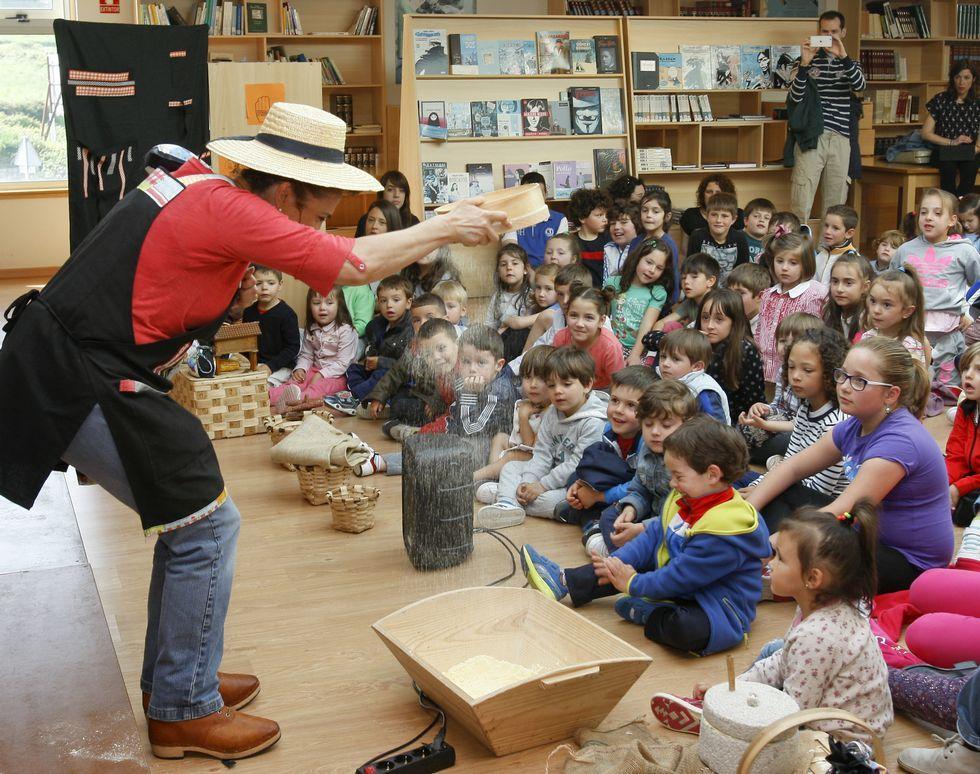 <span lang= gl >Teatro na biblioteca</span>. A xornada matinal das Festiletras de onte incluíu tamén unha sesión de contos para os nenos máis pequenos do municipio a cargo da compañía Migallas Teatro.