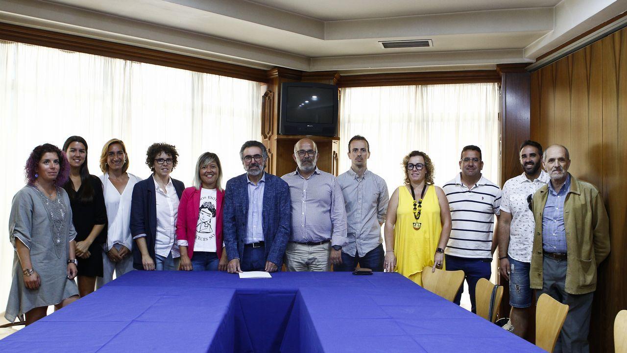 Cola de periodistas para consultar la tesis doctoral de Sánchez