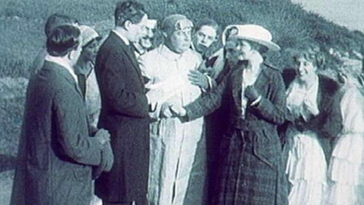 Castelao, el más alto del fotograma, interpretando a un pastor protestante que oficia una boda en «Miss Ledyia»