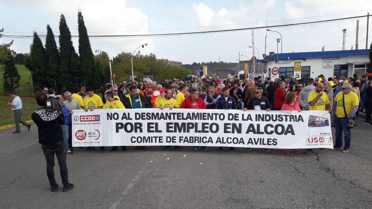 Imagen de Daniel Ripa junto al autobús de Hazte Oír.Concentración contra el cierre de Alcoa