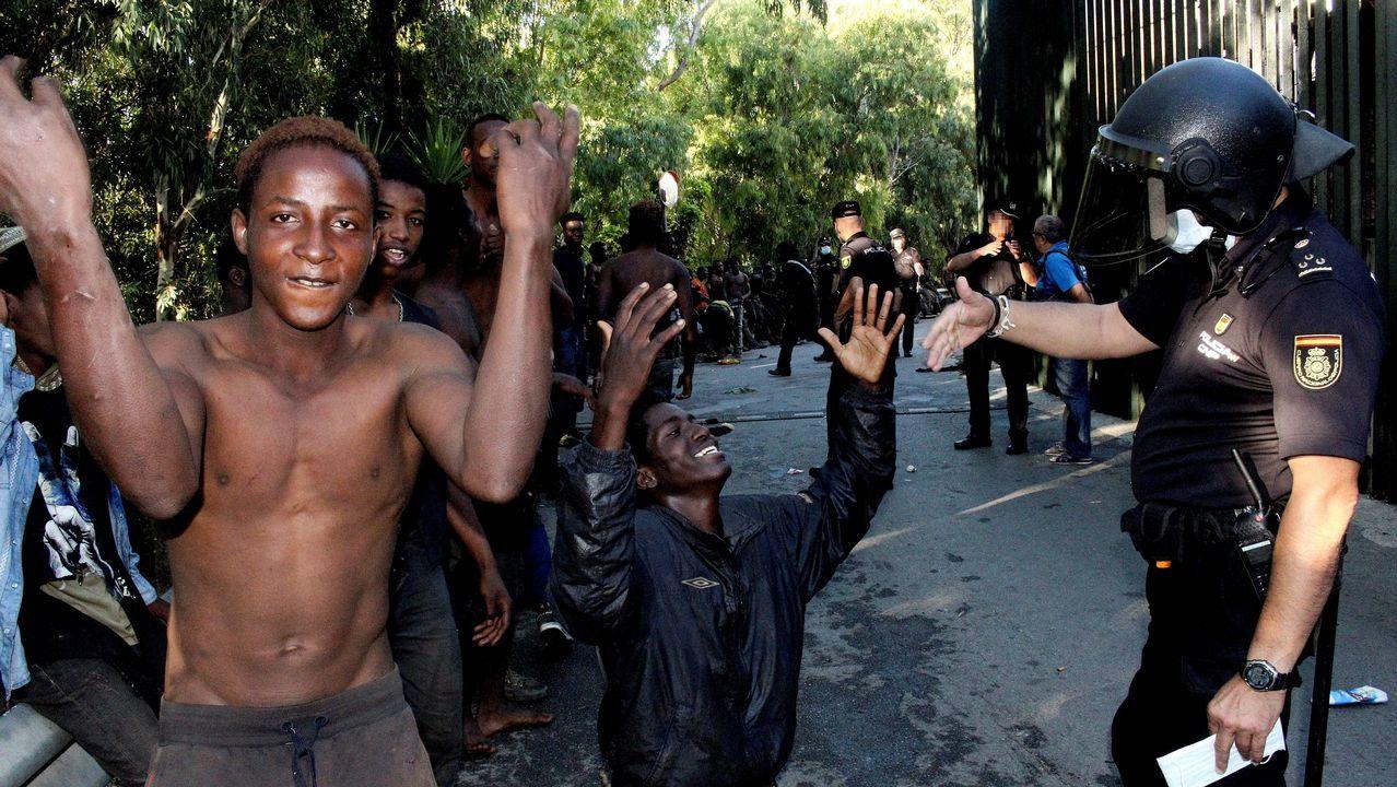 Los 400 migrantes que han saltado la valla en Ceuta se suman a 1.300 personas rescatadas en el Estrecho y en el mar de Alborán desde el lunes