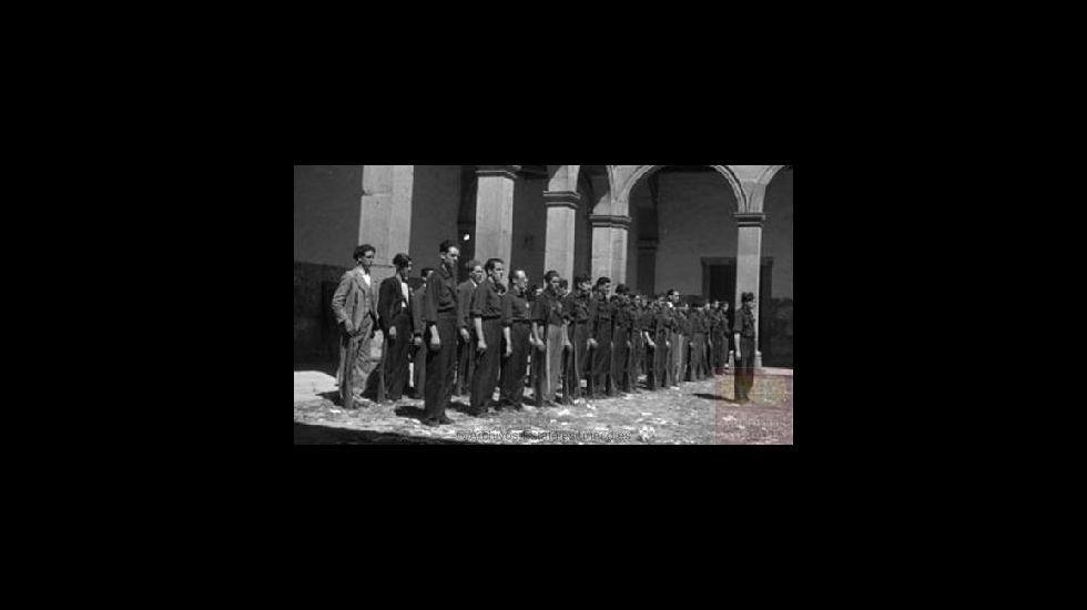 Falangistas en formación en el claustro del Colegio de la Compañía