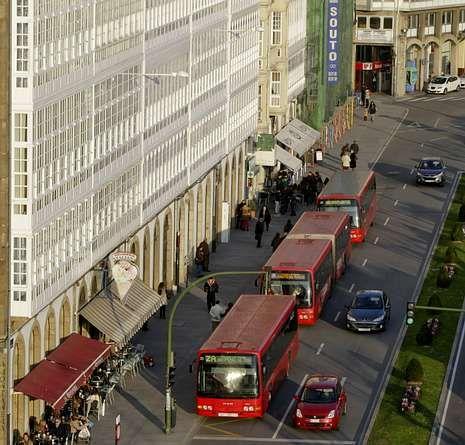 Tres autobuses urbanos en la parada de la avenida de la Marina.
