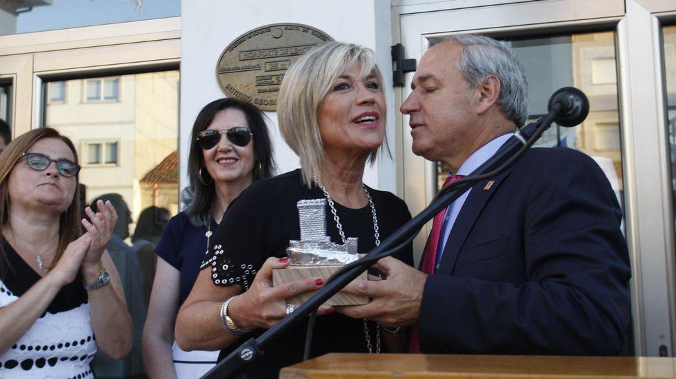 .El alcalde entregó una reproducción de la torre de San Vicente a Julia Otero al finalizar el pregón