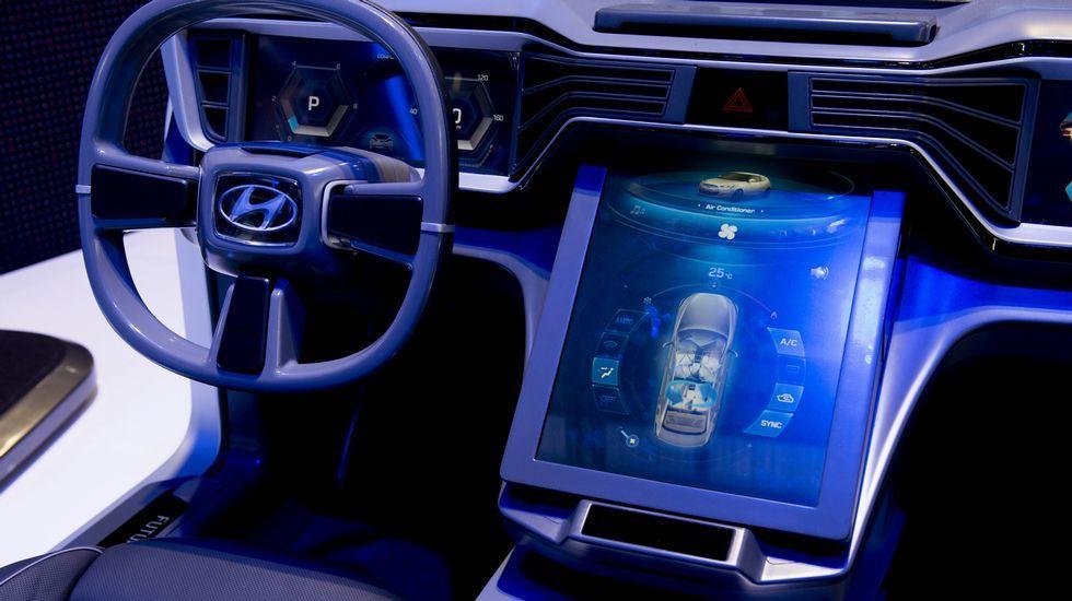 Hyundai presenta un prototipo de cuadro e mandos interactivo en Ginebra.