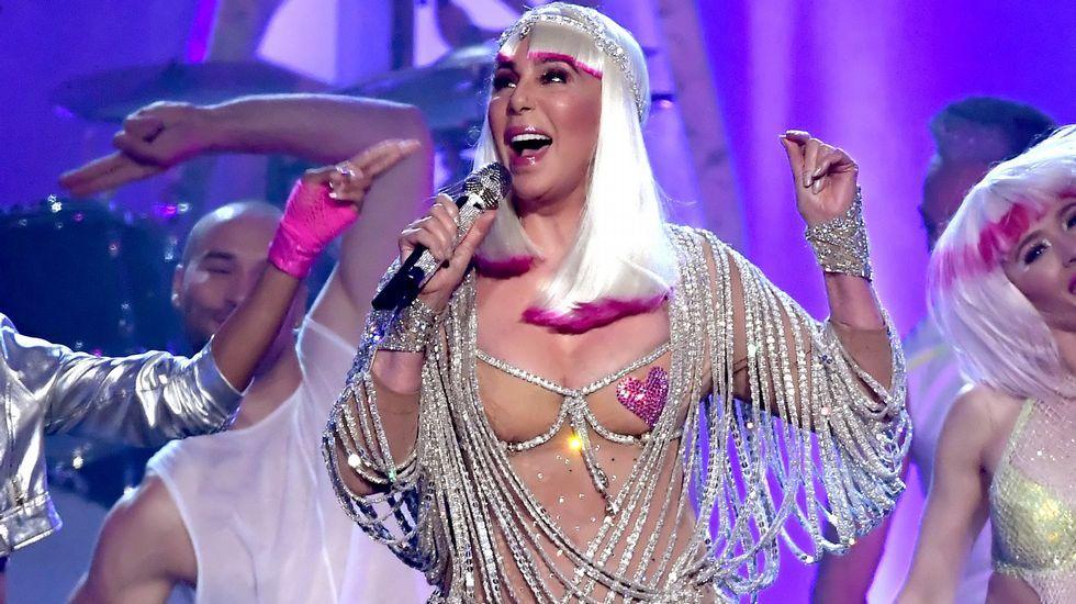 Cher, espectacular en los premios Billboard.Placa dedicada a un agente de la red de espías Cohors-Asturies en los jardines de Villandry (Francia)
